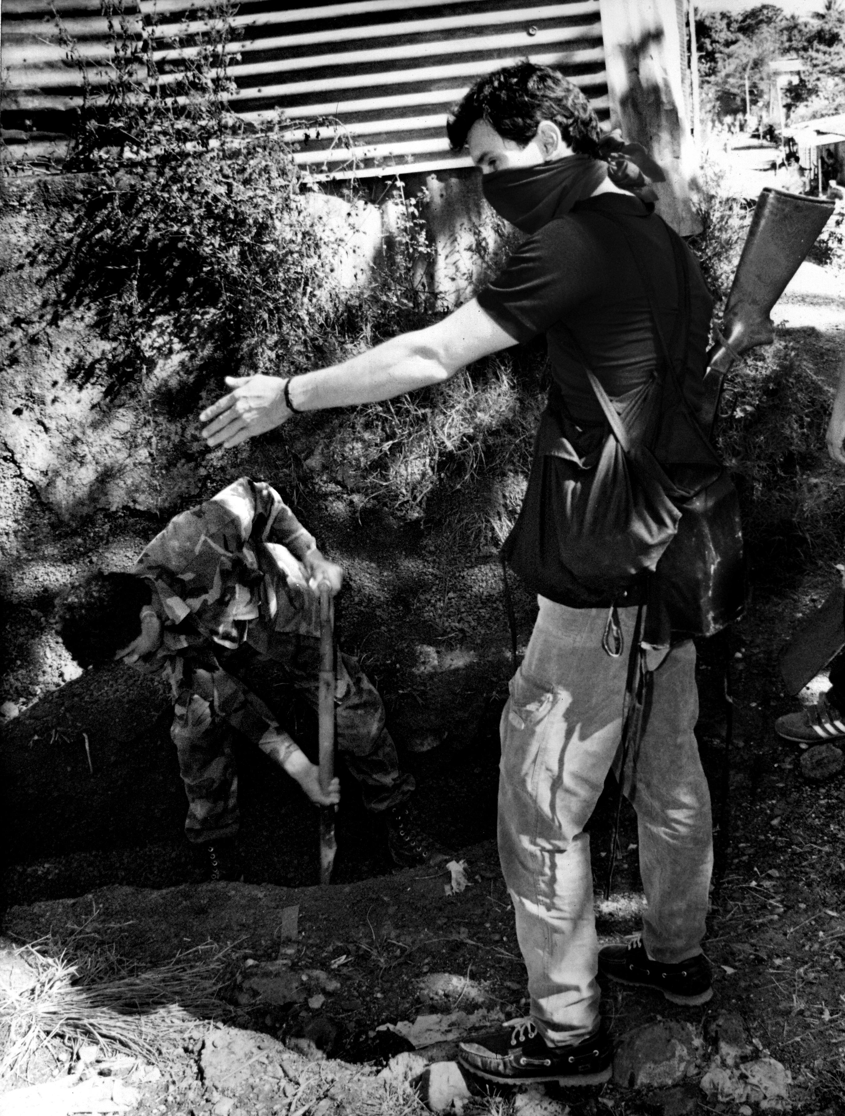 Un guerrillero obliga a un soldado a cavar una trinchera. Ofensiva de noviembre de 1989. Foto archivo personal de Francisco Campos.
