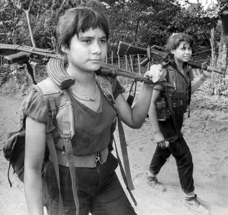 13-Jóvenes mujeres de las fuerzas militares del FMLN, se desplazan en San Francisco Javier al oriente de la capital.Usulután 1990