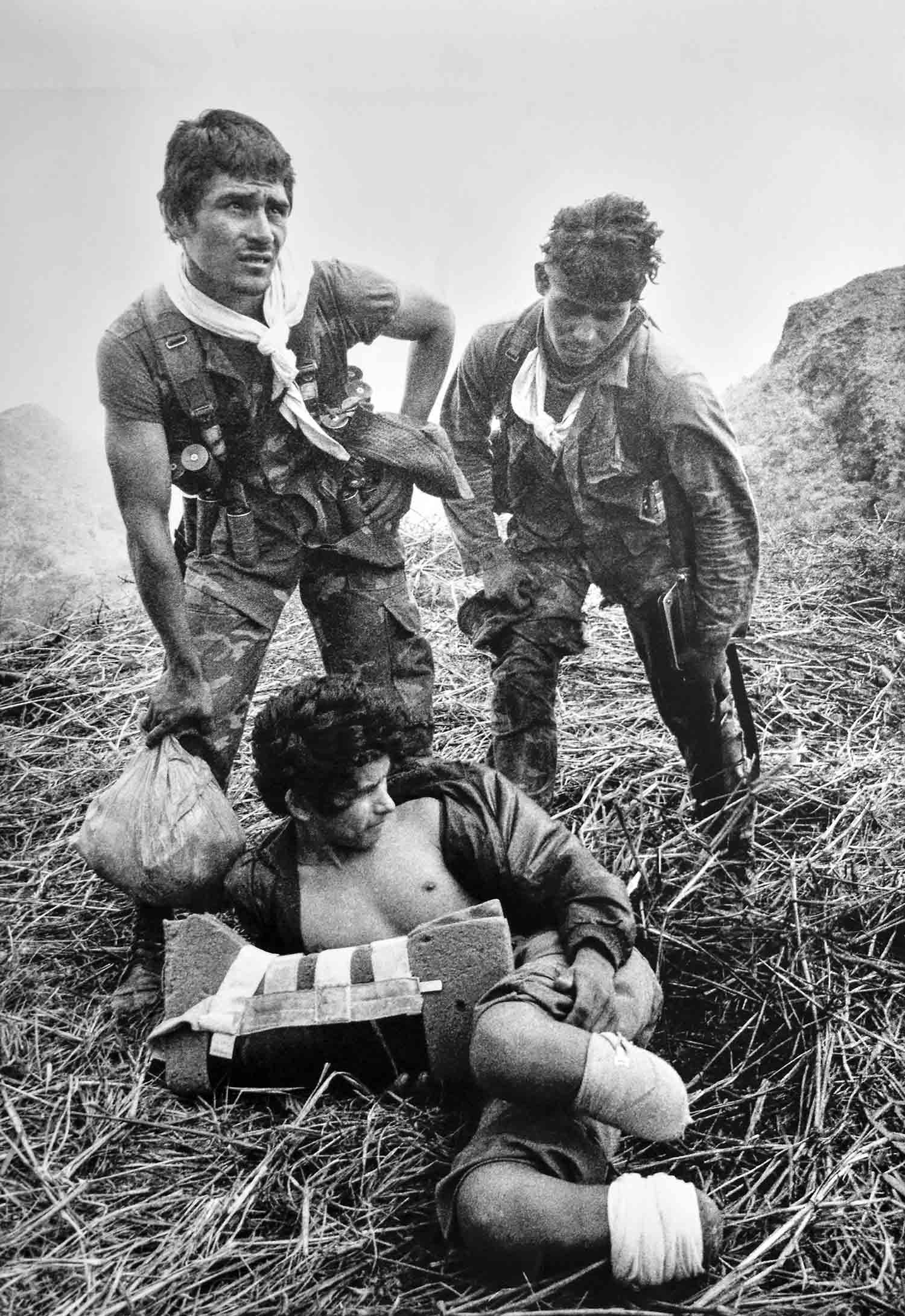30-Sodados de ejercito auxilian a un guerrillero del FMLN herido