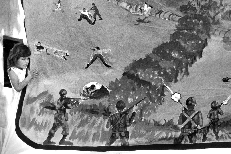 39-Una niña juega junto a una pancarta con ilustraciones de la Masacre del Rio Sumpu, en el XII aniversario. Santa Marta 1992