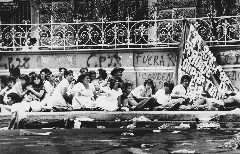 4-Feligreses catolicos se resguardan de los disturbios en el sepelio de Monseñor Romero MorazánSan Salvador. 30 de marzo de 1980