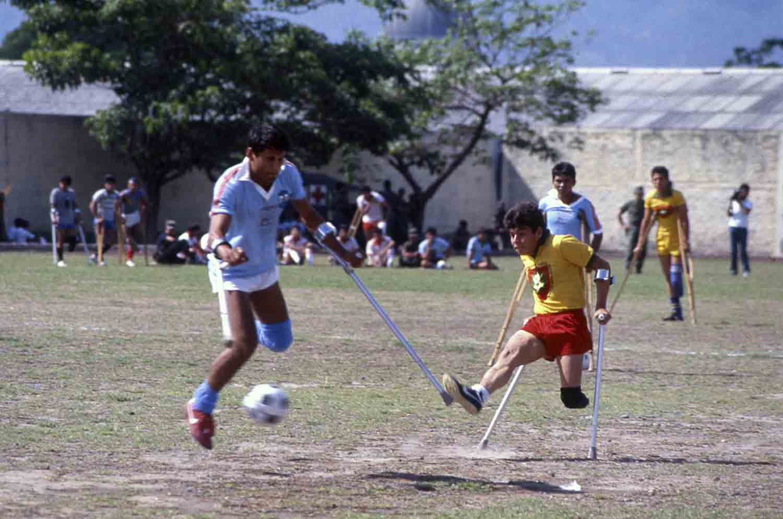 A-Lisiados de guerra de la Fuerza Armada en un torneo de futbol, 1988