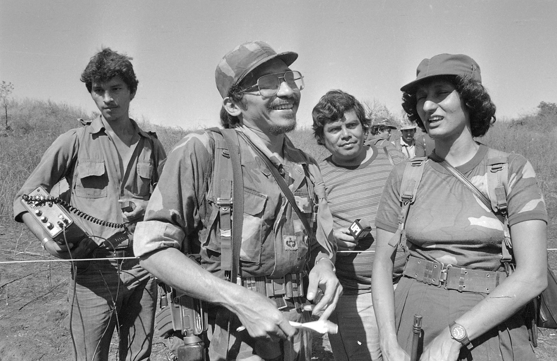 Comanntes guerrileros en entrega de prisioneros de guerra. San Vicente 1987.
