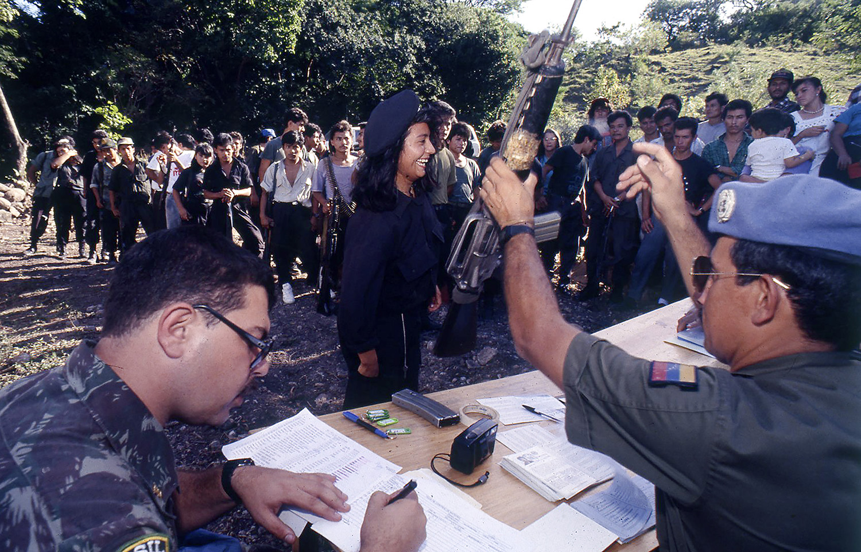 Combatientes entregan sus armas a miembros de la división militar de ONUSAL luego de un proceso de desmovilización del FMLN.