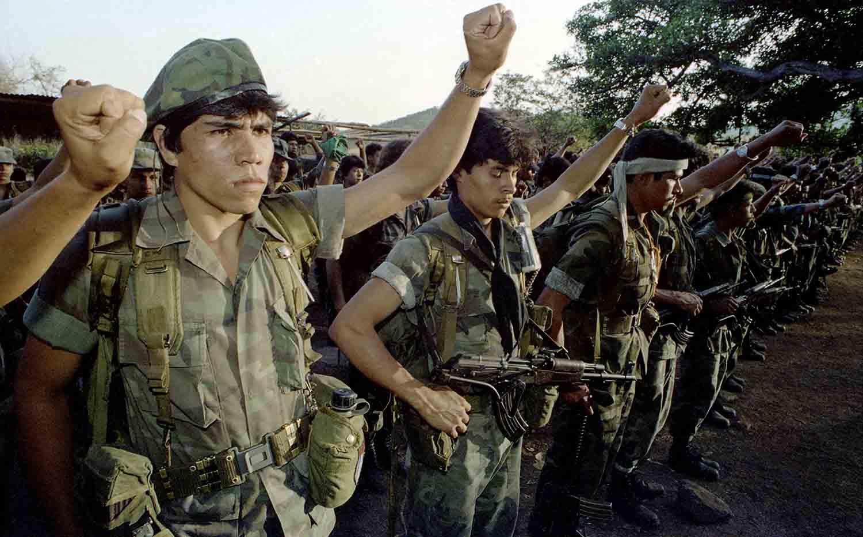 Guerrilleros del FMLN durante una parada militar, en el proceso de desmovilizacion, Guazapa 1993.