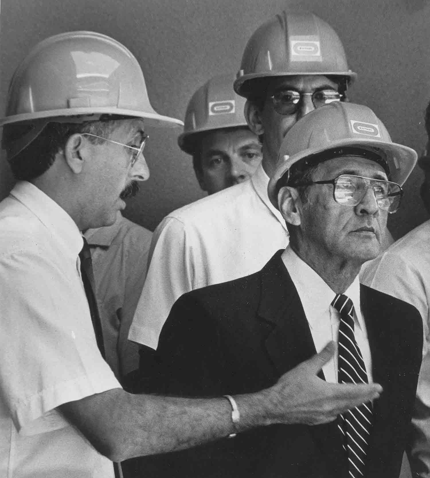 Presidente Duarte, en inauguracion de hospital. San Salvador 1988.