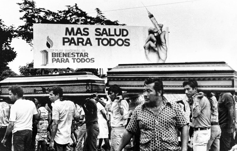Sepelio de jovenes que murieron en supuesto enfrentamiento con miembros de Guardia. Ilopango 1978