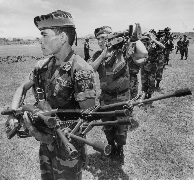 Soldados se despojan de sus armas al fin de la guerra, Comalapa 1992