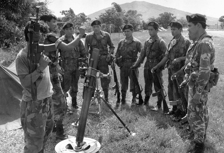 Un oficial entrena a soldados cerca del cerro de Guazapa, 1991