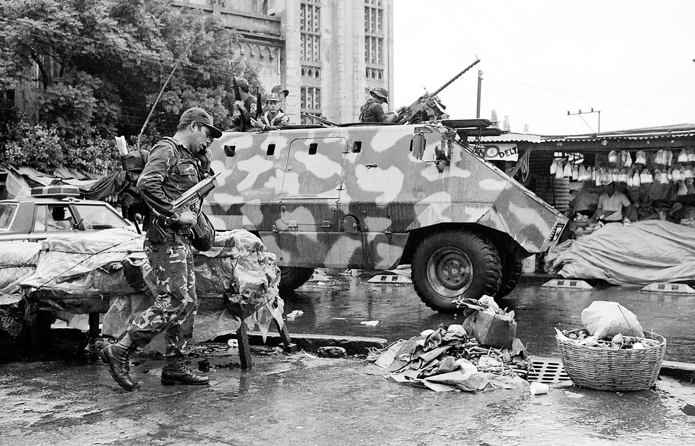 Vehiculos blindados vigilan una mnifestacion de orgnizaciones sociales que protestan por respeto a los derechos humanos, 1988.