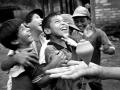 12-Girando alrededor del juego como el trompo un grupo de niños interactuan. Chalatenango 1986.