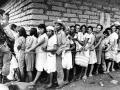 8- Campesinos salvadoreños reciben alimentos en campaña militar. Arambala, Morazán Abril de 1987. FotoLuis Galdámez