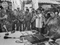 El combatiente guerrillero Santiago se dirige a un grupo de periodistas en la celebración del 11 Aniversario de Radio Venceremos