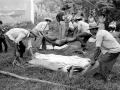 Familiares recuperan los cadaveres campesinos asesinados por el ejercito, en un supuesto enfrentamiento. San Sebastian - septiembre de 1988