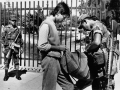 Soldados registra a estudiante universitario al ingreso al campus universitario, 1991