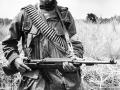 Un hombre mayor porta su arma de combate durante un patrullaje de los formados defenzas civiles. Zacatecoluca. 1987.