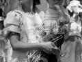 Un madre participa en una marcha al celebrar el Día Internacional de la Mujer. San Salvador 1988