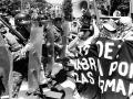 Una mujer protesta frente a miembros de la Policía. Manifestantes fueron dispersados con disparos.San Salvador julio 1998.